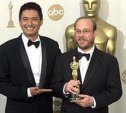 """Audio-Guru: Dane A. Davis (r.) und Schauspieler Chow Yun Fat posieren mit dem Oscar, den Davis im März 2000 für die Soundeffekte im Film """"The Matrix"""" erhielt"""