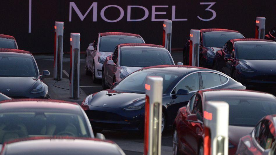 Tesla-Neuwagen Model 3: Das Unternehmen hat noch nie einen Jahresgewinn verzeichnet und mittlerweile mehrere Milliarden Dollar an Kapital verbrannt.