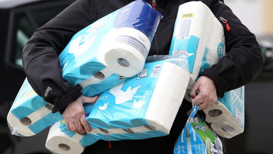 Hamsterkäufe: Dieser Mann legte im März einen großen Vorrat an Toilettenpapier an.