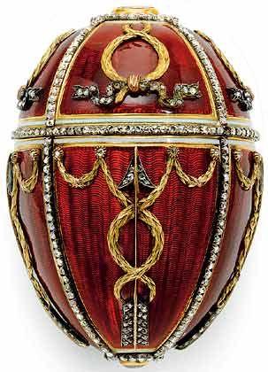 Rosenknospen-Ei (1895): Es galt jahrzehntelang als verschollen und war das erste Ei, das Zar Nikolaus II. seiner Gemahlin schenkte. Unter der Schale verbirgt sich eine gelbe aufklappbare Rosenknospe. Darin waren ursprünglich noch ein Miniaturmodell der Zarenkrone und ein eiförmiger Rubinanhänger
