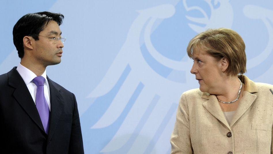 Neue Steuerdebatte: Bundeswirtschaftsminister Philipp Rösler und Bundeskanzlerin Angela Merkel