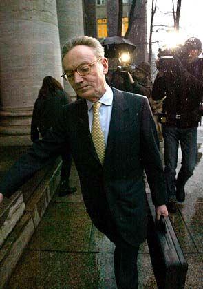 Nur der Angeklagte: Klaus Esser kommt alleine, spricht sich sich mit seinen Anwälten nicht mehr vor Verhandlungsbeginn ab