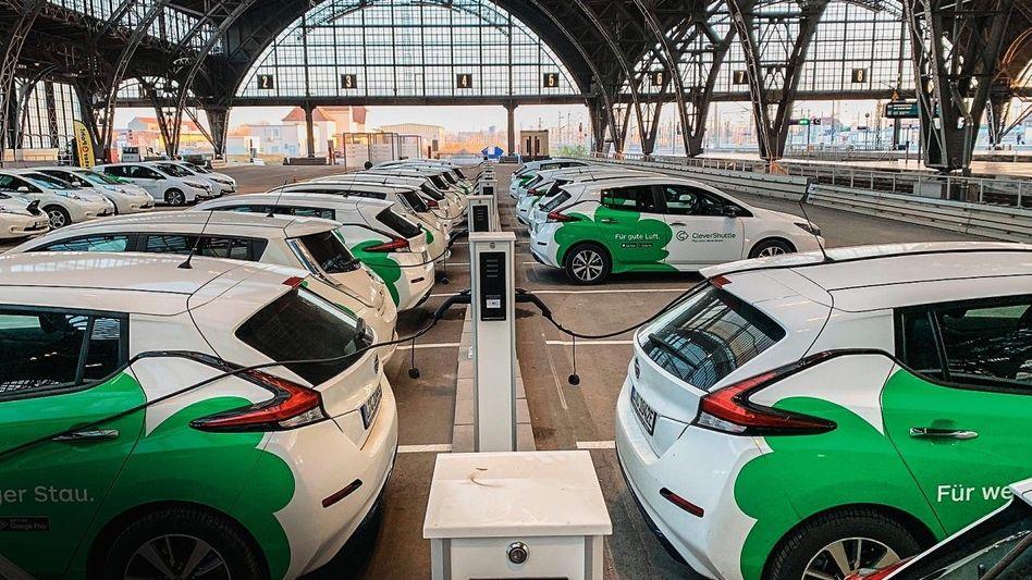 Aura von Zukunft: Fahrzeuge von CleverShuttle am Leipziger Hauptbahnhof