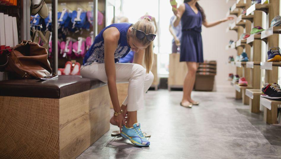 Noch ein Paar Schuhe gefällig? Die Verbraucher sind aktuell nicht so ausgabefreudig wie zuvor