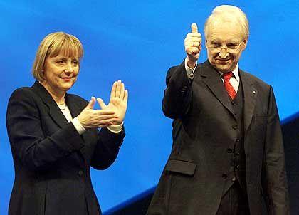 Applaus für den künftigen Kanzlerkandidaten. Angela Merkel will Edmund Stoiber den Vortritt lassen