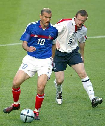 Zinedine Zidane, Wayne Rooney: Der lauffreudige Engländer musste die spielentscheidenen Tore des Franzosen am Spielfeldrand erleben. Er wurde in der zweiten Halbzeit ausgewechselt