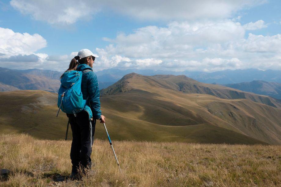 Auf dem circa 2940 Meter hohen Nakaicho-Pass schweift der Blick über endlose Grasberge