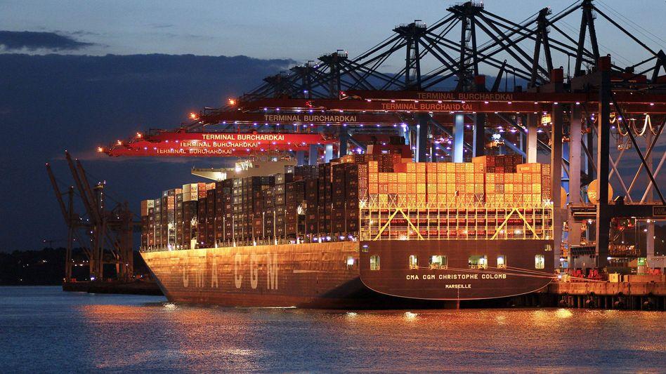 Riesen-Containerfrachter in Hamburg: Schiffsbeteiligungen zählten früher zu den beliebten Anlageformen - derzeit sind sie kaum gefragt