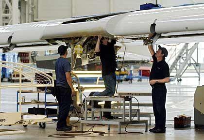 Flügel braucht man immer: Airbus-Mitarbeiter in Toulouse bei der Montage eines A380 Flügels
