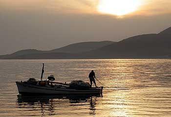 Zeitreise: Altes Fischerboot an der Adria-Küste bei Bigovo, südwestlich der Hauptstadt Podgorica.
