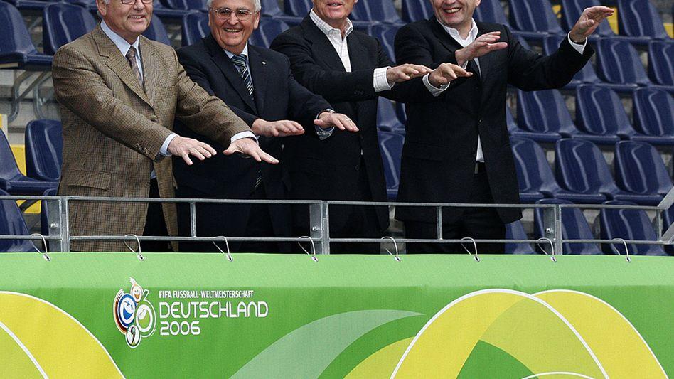 Das Präsidium des Organisationskomitees für die Fußball-WM 2006 in Deutschland (von links nach rechts): der 1. Vizepräsident Horst R. Schmidt, Vizepräsident Theo Zwanziger, Präsident Franz Beckenbauer und Vizepräsident Wolfgang Niersbach am 18.11.2005 im Frankfurter Waldstadion