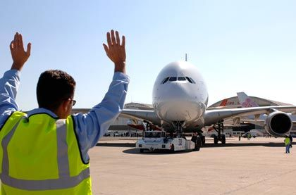 Flugschau in Le Bourget: Zum Einparken brauchen die Piloten Hilfe vom Einweiser