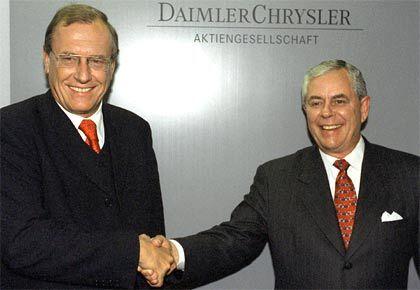 Teurer Handschlag: Die Übernahme des sanierungsbedürftigen Autobauers Chrysler kam Mercedes teuer zu stehen. Der ehemalige Chrysler-Chef Bob Eaton hingegen hat Grund, zufrieden zu sein.
