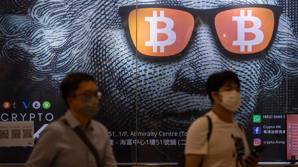 Kursrutsch im Dax: Der Dax ist am Mittwoch unter die Marke von 15.000 Zählern gestürzt. Bitcoin (im Bild Bitcoin-Werbeplakat in Hong Kong) klettert dagegen weiter