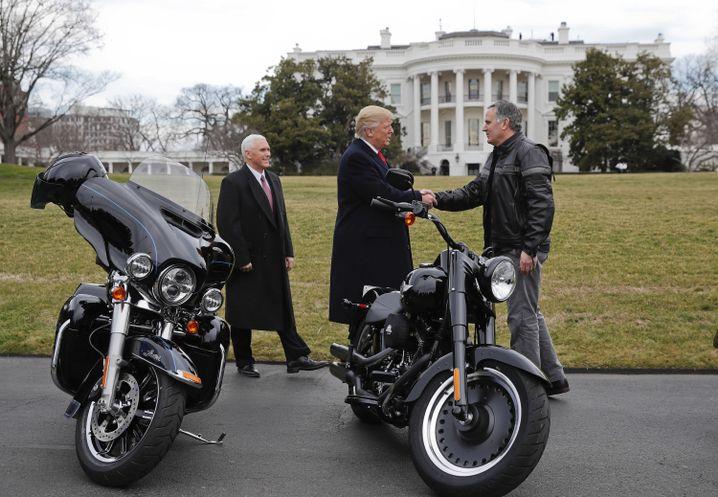 """""""America First"""": Umgeben von schicken Bikes und Vize-Präsident Mike Pence heißt US-Präsident Donald Trump (Mitte) Harley-Davidson-Chef Matthew Levatich (rechts) vor dem Weißen Haus herzlich willkommen"""