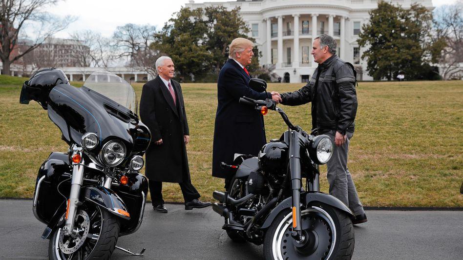 Da war die Welt noch in Ordnung: US-Präsident Donald Trump und Vize Mike Pence mit Harley-Davidson-Chef Matt Levatich (2017)