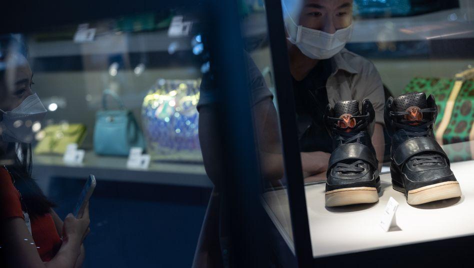 Millionen wert: Diese Turnschuhe trug Kanye West bei der Grammy-Verleihung 2008 - jetzt wurden sie versteigert
