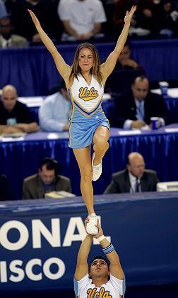 Unisport: Cheerleader der Universität Kalifornien Los Angeles (UCLA) während eines Basketballspiels ihrer Mannschaft