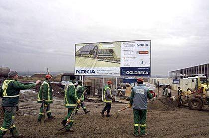Staunende Arbeiter: Die Planungen zum Bau der Handyfabrik in Rumänien sind weit fortgeschritten.