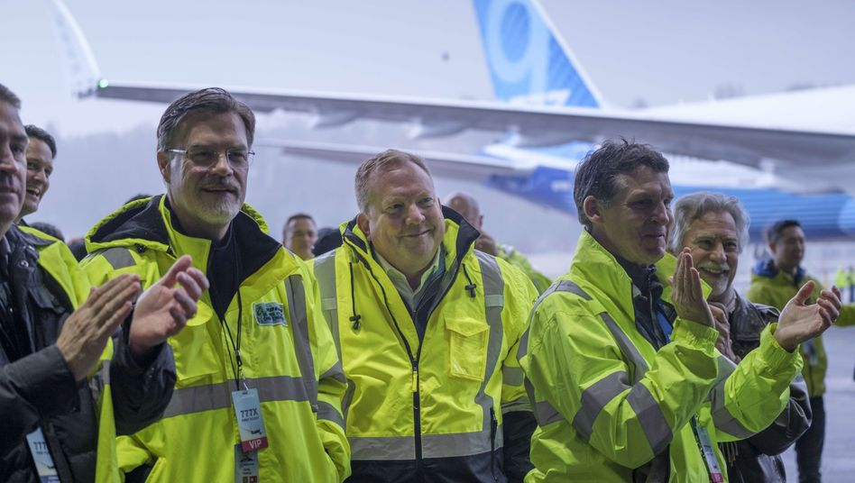 Chef der Boeing-Zivilsparte Stan Deal (Bildmitte) nach dem Erstflug der Boeing 777X am 25. Januar