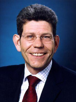 Bernhard Mattes (51) wurde als Sohn eines leitenden VW-Angestellten geboren. Zunächst arbeitete er in der Händlerbetreuung von BMW, bevor er 1999 in den Vorstand der deutschen Ford-Werke wechselte. Nachdem in den bewegten 90er Jahren sich vier Vorstandsvorsitzende bei Ford die Klinke in die Hand gaben, hat Mattes diesen Posten bereits seit 2002 inne.
