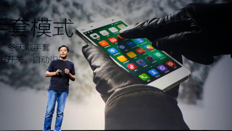 Kopie auch im Outfit: Der erste Auftritt von Xiaomi-CEO Lei Jun sollte an die des verstorbenen Apple-Gründer Steve Jobs erinnern. Mit dieser plumpen Kopie zog Lei Jun den Zorn von Apple-Designer Jonathan Ive auf sich