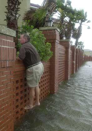 In Fort Walton Beach (Florida) steht das Wasser in den Straßen