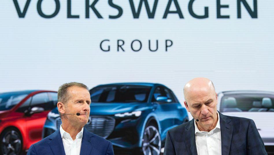 """VW-Chef Herbert Diess (links), Finanzvorstand Frank Witter: Mehr Gewinn und mehr Dividende für VW-Aktionäre - doch 2020 wird """"ein Kraftakt"""""""
