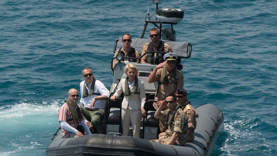 Ex-Verteidigungsministerin Ursula von der Leyen in einem Schnellboot der Bundeswehr (Archivaufnahme)