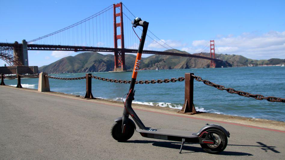 Spin-Scooter vor der Golden Gate Bridge in San Francisco