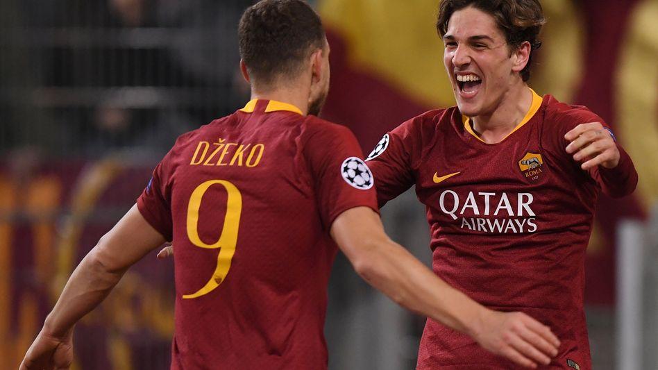 Die Roma-Spieler Nicolo Zaniolo (rechts) und Edin Dzeko