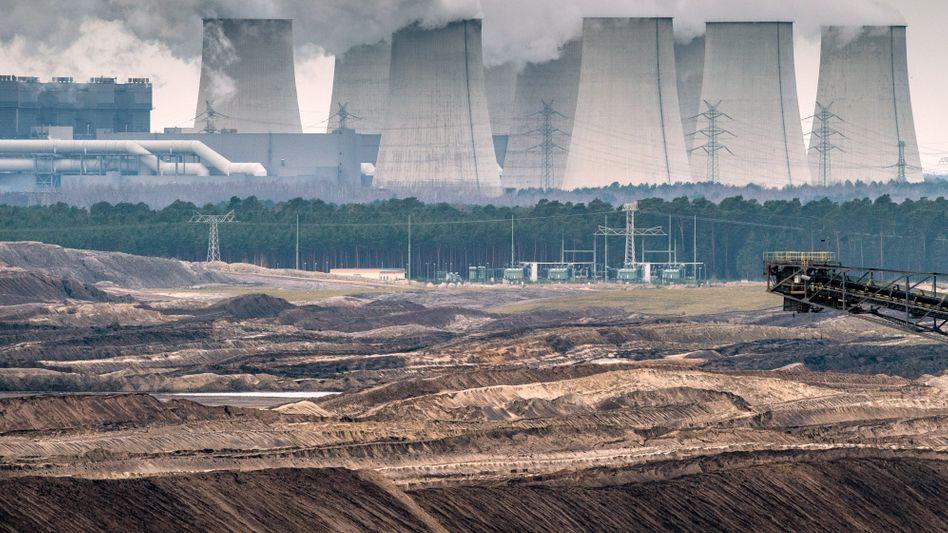 Für die Kritiker der Kohleverstromung sind qualmende Kühltürme wie die des Braunkohlekraftwerkes der Vattenfall AG in Jänschwalde Symbole einer verantwortungslosen Energiegewinnung - sie fordern den Ausstieg. Inzwischen gibt es Pläne für eine Abgabe auf die als Klimakiller geltenden Kraftwerke.
