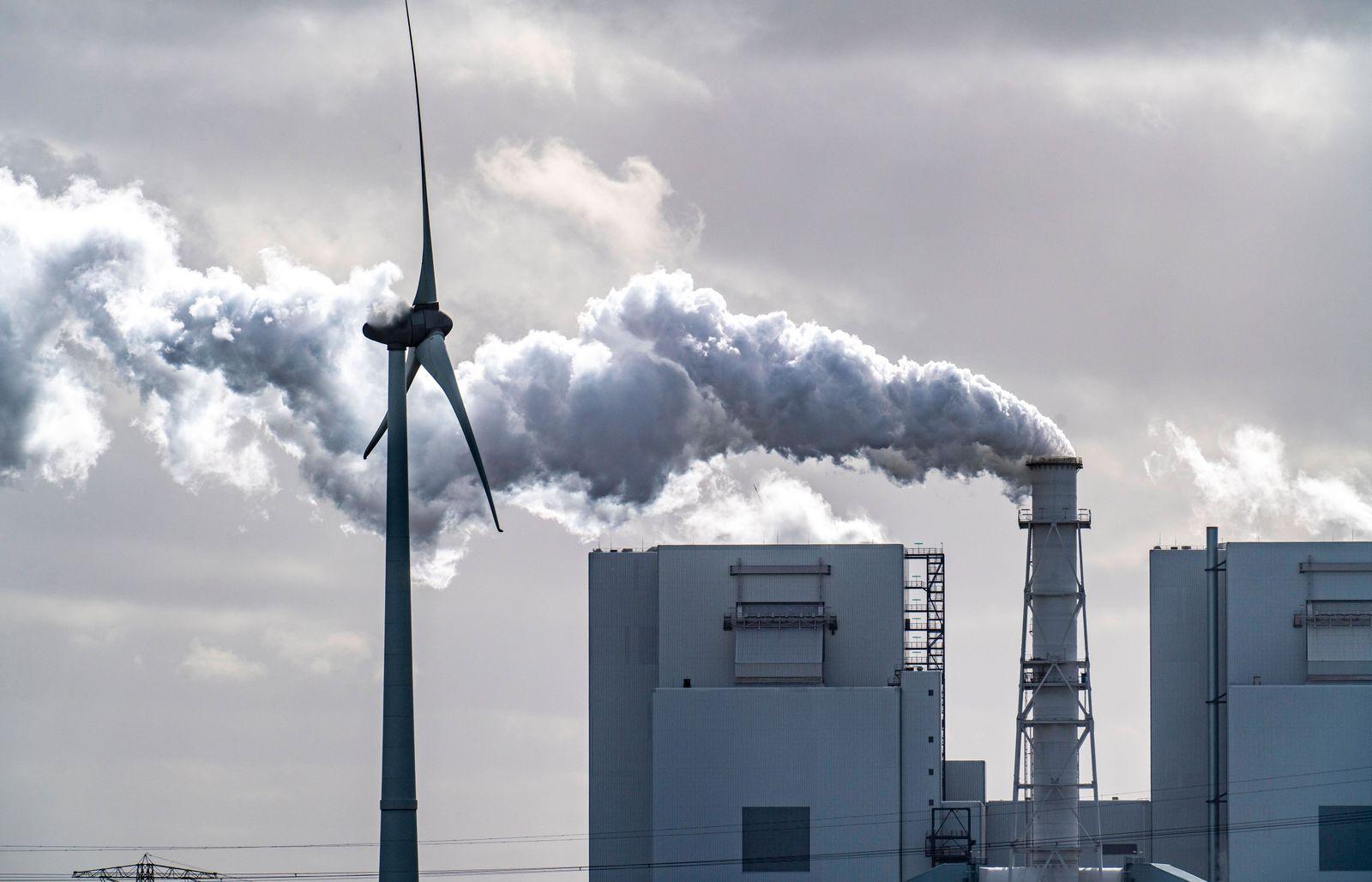 Energie Park Eemshaven, verschiedene Kraftwerke und die Windparks Westereems und Growind, insgesamt über 80 Windenergiea