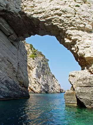 Ausflug mit Boot: Die Felsformationen vor der Küste von Zakynthos lohnen einen Abstecher