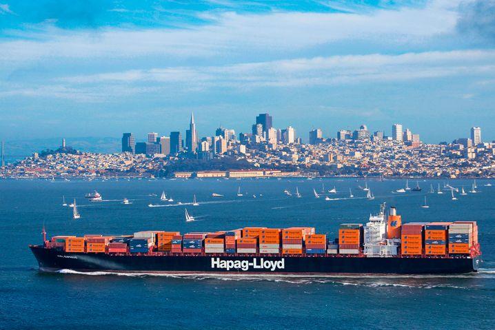 Containerschiff vor der Skyline von San Francisco