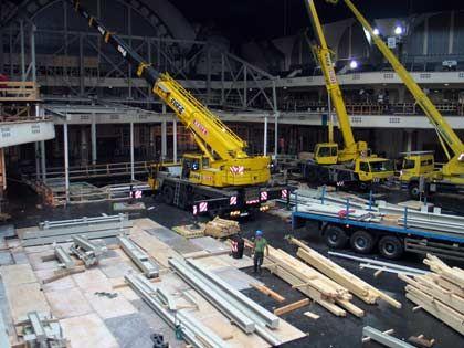 Aufbau mit großem Gerät: Mercedes funktioniert für die IAA die Festhalle zur Ausstellungsfläche um