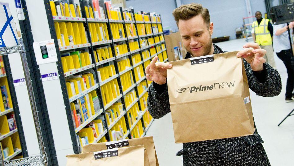 Sänger Olly Murs mit Amazon-Prime-Paket