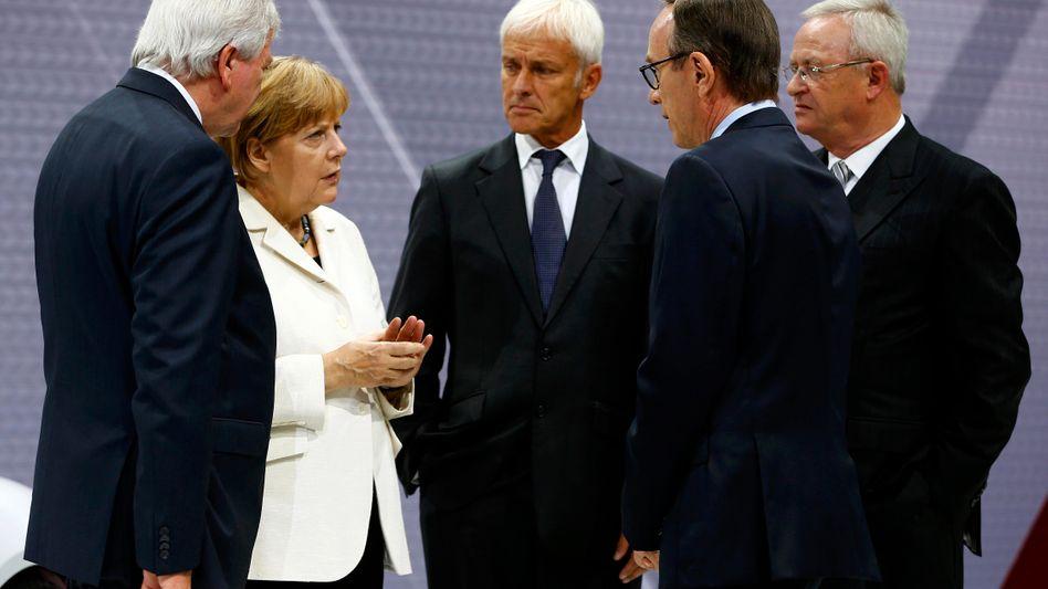 Merkel, Vertreter der Autoindustrie: Der Branche langfristig keinen Dienst erwiesen