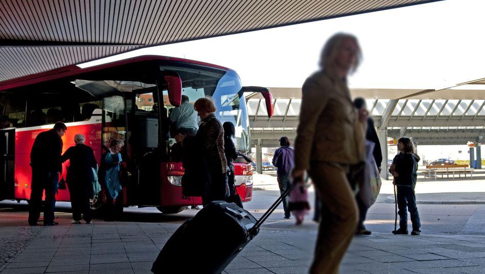 Reisende an Bus in Berlin: Die Branche macht momentan praktisch kein Geschäft.