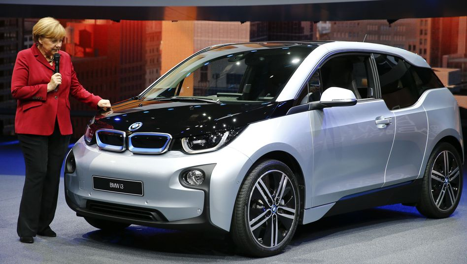 Angela Merkel spendete im Wahlkampf ihre Zeit dem elektrischen BMW i3 auf der IAA. Die BMW-Eigner spenden ihr 690.000 Euro