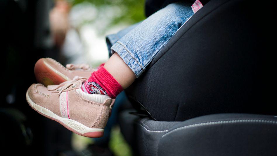 Im aktuellen Test der Stiftung Warentest fallen zwei Kindersitze durch