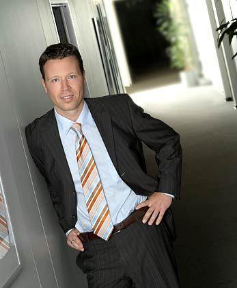 Markus Sievers hat in Dortmund Betriebswirtschaft studiert, arbeitet seit rund zehn Jahren in der Hedgefonds-Branche und seit 2001 als Geschäftsführer bei Apano Finanzanlagen. Das Unternehmen entwickelt und vertreibt Hedgefondsprodukte speziell für den deutschen Markt.