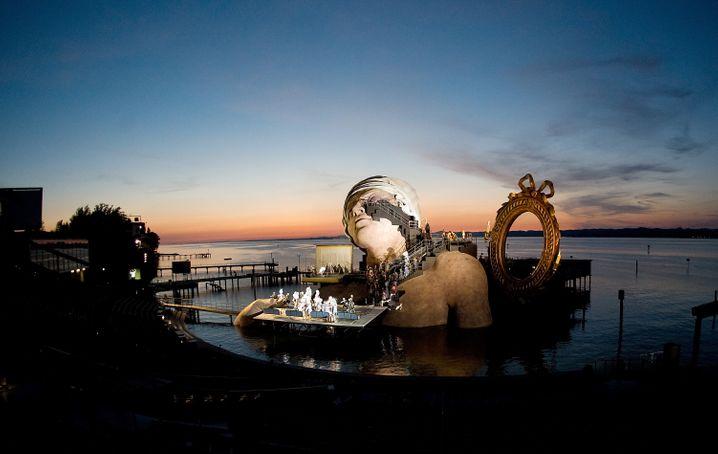 """Abendhimmel als Kulisse: Schon im vergangenen Jahr war auf der Seebühne in Bregenz am Bodensee die Oper """"Andre Chenier"""" von Umberto Giordano ein echter Hingucker"""