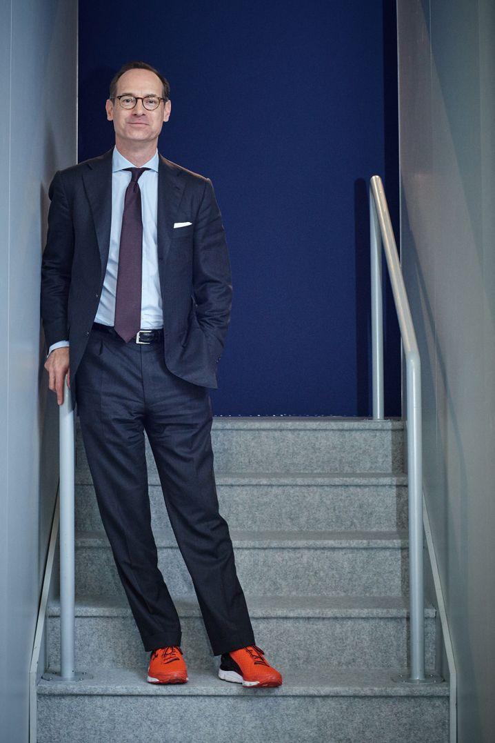 Das sind die Füße von Allianz-Chef Oliver Bäte - in roten Turnschuhen, die er am vergangenes Jahr auf der Hauptversammlung in München trug. Anlass war die Werbung für einen Mitarbeiterlauf - aber die Wahl des Schuhwerks hatte darüber hinaus Signalwirkung.