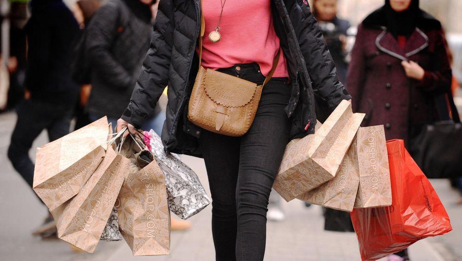 """""""Turbozünder für die Konjunktur"""": Die Pandemie flaut ab, die Geschäfte öffnen, Reisen sind wieder möglich - viele Menschen dürften einen Großteil ihres aufgestauten privaten Konsums jetzt nachholen und damit die heimische Wirtschaft gehörig ankurbeln, sagen Ökonomen"""