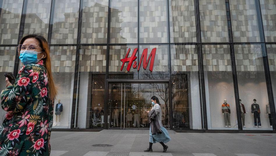 Geöffnet, aber unbeliebt: Passantinnen vor H&M-Filiale in Peking