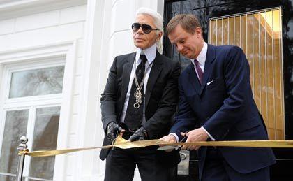 Goldenes Band: Der Designer Karl Lagerfeld (links) und der Vorstandsvorsitzende der Frankonia Eurobau AG, Uwe Schmitz, schneiden das Band anlässlich der Eröffnung des Showrooms der Sophienterrassen durch