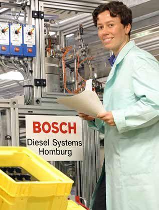 """Die Vorsichtige Christina Franke (29) bevorzugt einen Job, der Sicherheiten bietet. Ihr Anfangsgehalt bei Bosch in Homburg ist fix, später bekommt sie rund 10 Prozent Leistungszulage - wenn ihre Vorgesetzten zufrieden mit ihr sind. An ihrem Arbeitgeber überzeugen die promovierte Maschinenbauingenieurin die interessanten Produkte, die Möglichkeit, ins Ausland zu gehen - und die schöne Bosch-Betriebsrente. """"In meiner Generation ist das Thema Altersvorsorge schließlich besonders wichtig"""", sagt Franke."""
