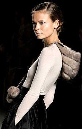 Winterfarben: Max Mara kombiniert die Retro-Pelzmütze mit schlichtem Rock und wollweißem Top