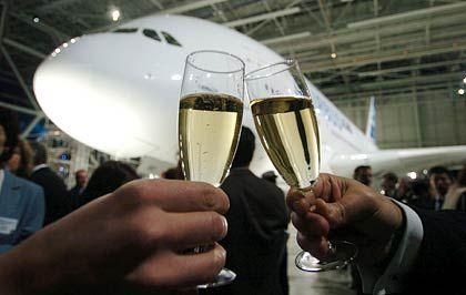 Ein Schlückchen auf Europas Technikwunder: Zwei Gäste stoßen in Toulouse mit Champagner an
